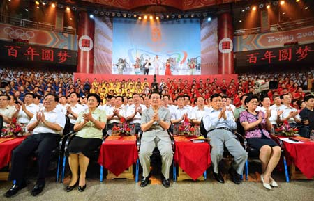 .: Li Changchun (C), member of the Standing Committee of the Communist Party of China (CPC) Central Committee Political Bureau, attends a evening party for the up-coming 2008 Beijing Olympic Games in Beijing, capital of China, on July 29, 2008. (Xinhua Photo/Li Tao)
