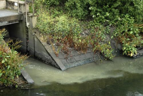 Chemical discharge into the Old River Lea: July 2009, &copy: Martin Slavin